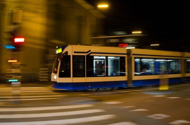 シャッタースピードで背景のブレを活かした電車の撮影