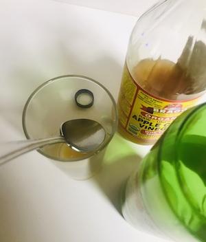 大さじ一杯づつを水と混ぜる